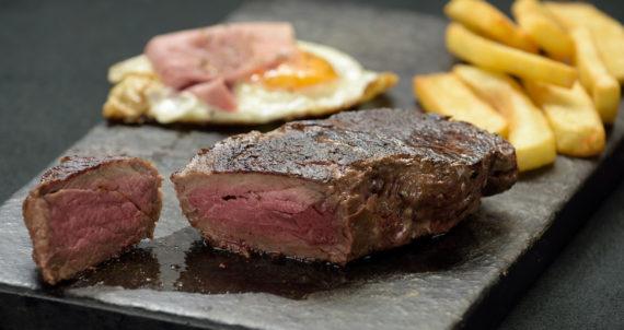 Steak  z hovězí svíčkové  s  omáčkou  ze zeleného  pepře